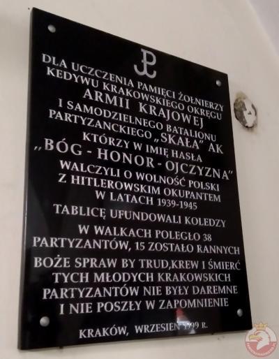 """Tablica pamięci żołnierzy Kedywu Krakowskiego Okręgu AK i Samodzielnego Batalionu Partyzanckiego """"Skała"""" - Kraków"""