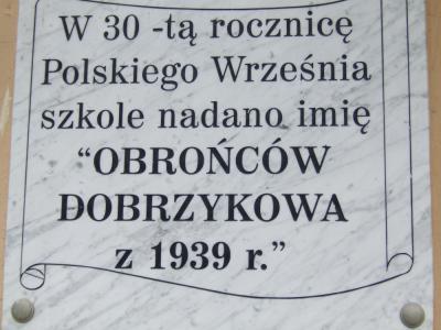 Tablica upamiętniająca nadanie szkole imienia Obrońców Dobrzykowa z 1939r. - Dobrzyków
