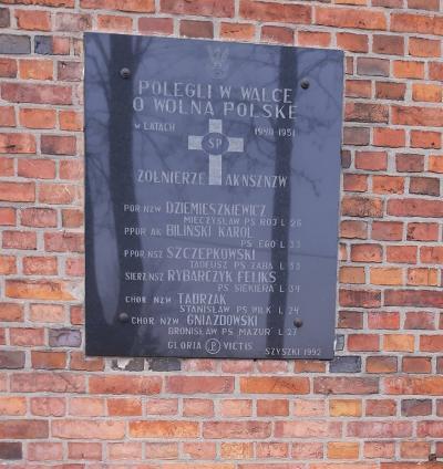 Tablica upamiętniająca poległych w walce o wolną Polskę - Szyszki