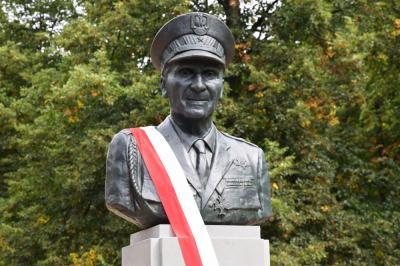"""Pomnik generała Zbigniewa Ścibor-Rylskiego ps. """"Motyl"""" - Warszawa"""