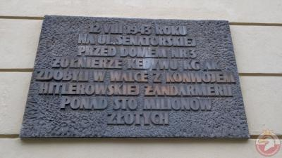 Tablica upamiętniająca zdobycie ponad sto milionów złotych przez AK - Warszawa