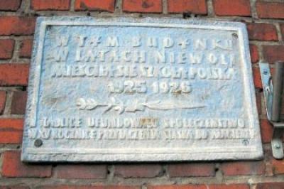 Tablica upamiętniająca miejsce, w którym w latach 1925-1926 mieściła się szkoła polska - Łaziska