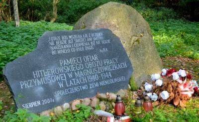 Głaz upamiętniający więźniów hitlerowskiego obozu pracy przymusowej - Magnuszowiczki