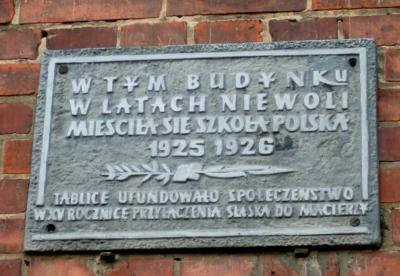 Tablica upamiętniająca siedzibę Szkoły Polskiej w latach 1925-1926 - Popielów